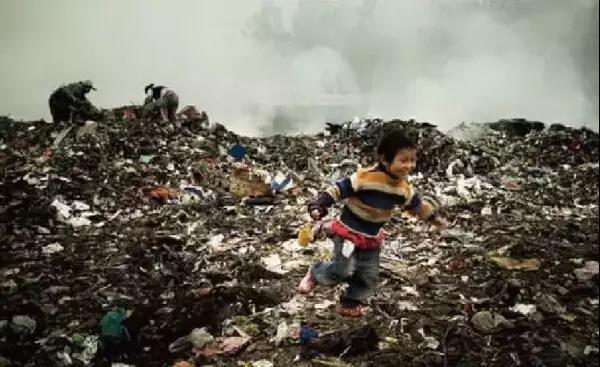 捡垃圾的小孩